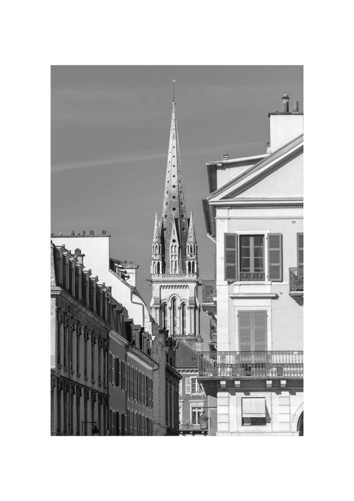 Rue de Pau (Louis Barthou) avec en fond l'église Saint-Martin