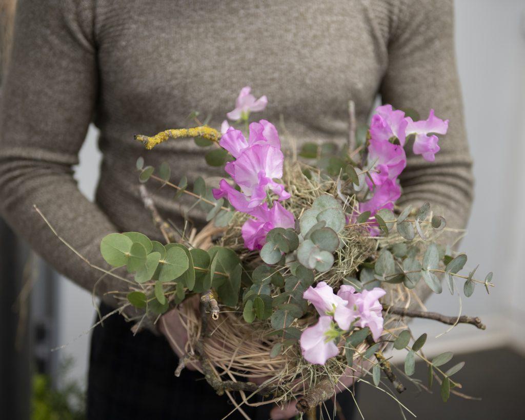 Exemple de bouquet de fleur tenu par un homme