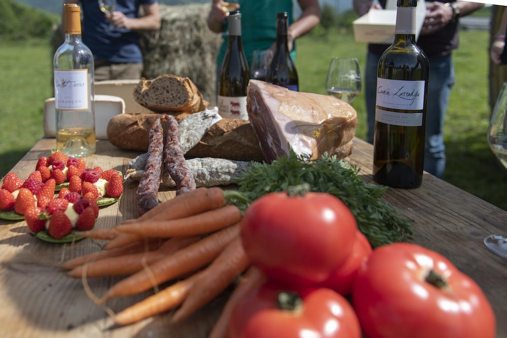 Tomates, jambon de Bayonne, Saucisse, pain de campagne, tartelettes aux fraises, vin de Jurançon, légumes