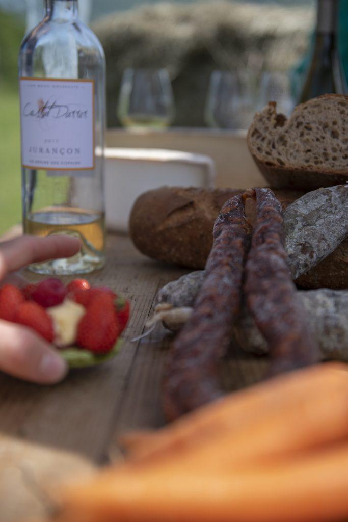 Saucisse, pain de campagne, tartelettes aux fraises, vin de Jurançon, légumes