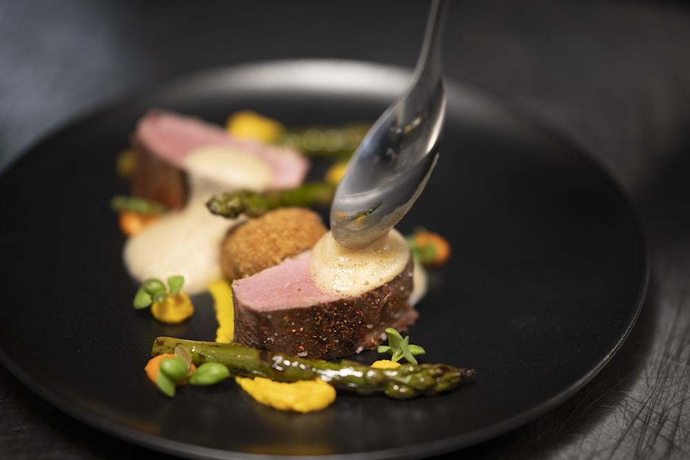 Dressage d'une assiette  par Alan Lair, chef du restaurant Plat Beroi