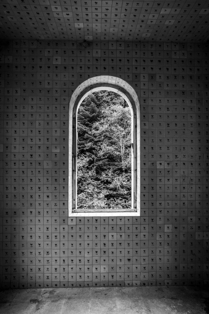 Fenêtre vers la nature entourée de superbes faïences
