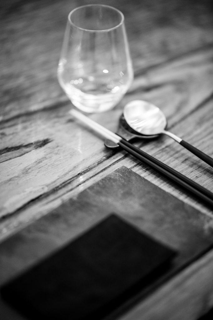 Vue sur une partie de la table dressée pour l'occasion