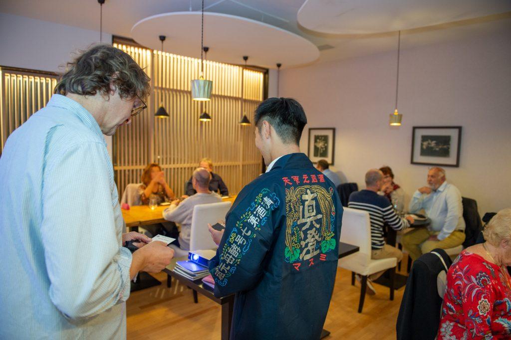 Katsuhiko Miyasaka présente aux convives une sélection de Saké