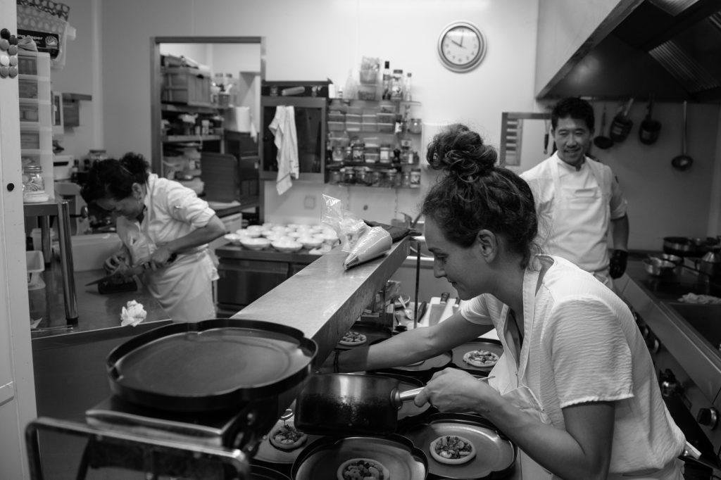 L'équipe de l'Amateur de Thés s'affaire en cuisine pour ce somptueux repas