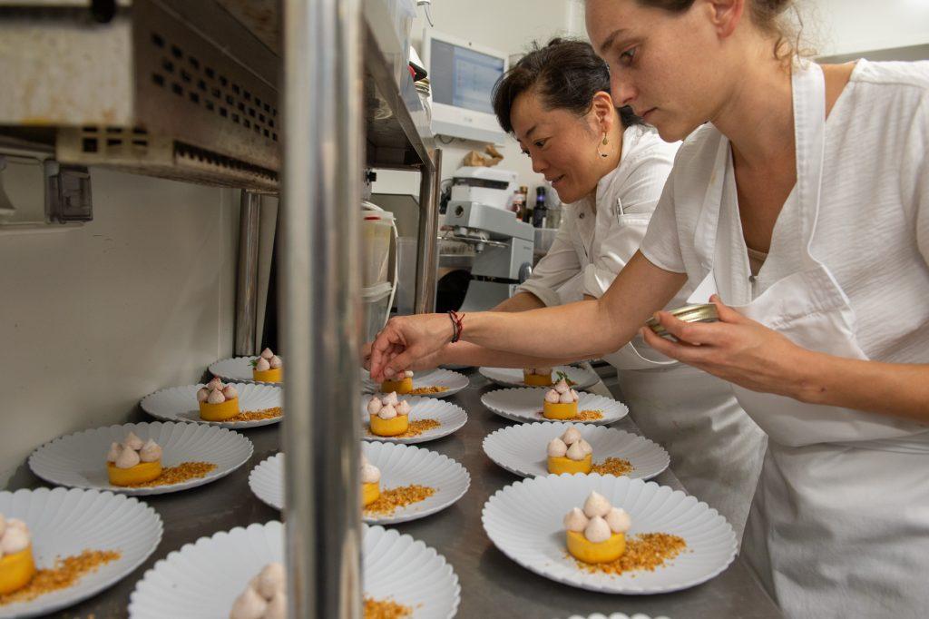 Préparation et dressage du dessert Flan citrouille, meringue à la figue et praliné noisette