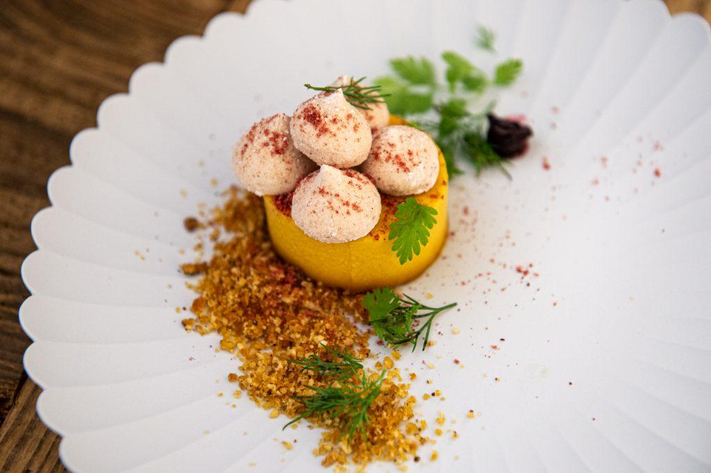 Assiette par Yuri Nagaya, Cheffe au restaurant l'Amateur de Thés Flan citrouille, meringue à la figue et praliné noisette