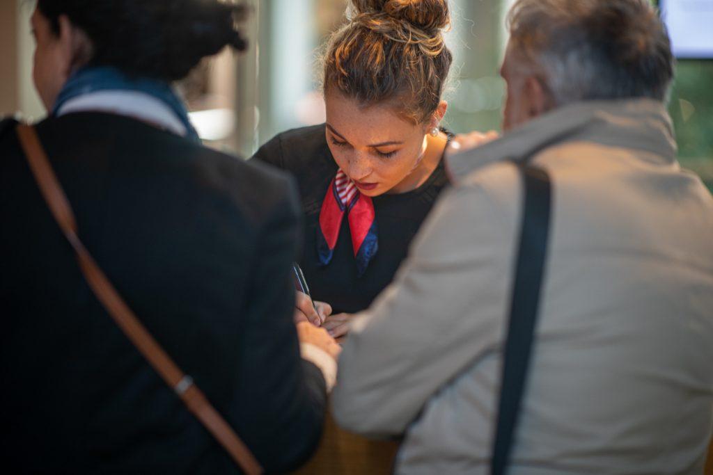 Hôtesse chargée de l'accueil des participants par Pau Evénements  lors du   congrès de l'UNEA au Palais Beaumont à Pau