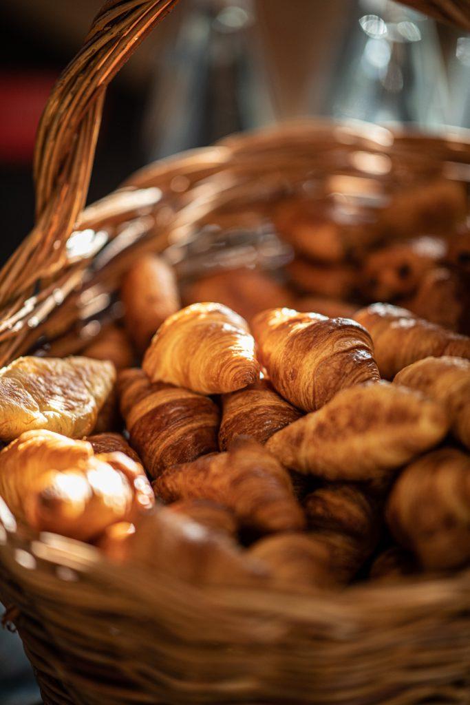 Corbeille de croissants et chocolatines lors du petit déjeuner au  congrès de l'UNEA au Palais Beaumont à Pau