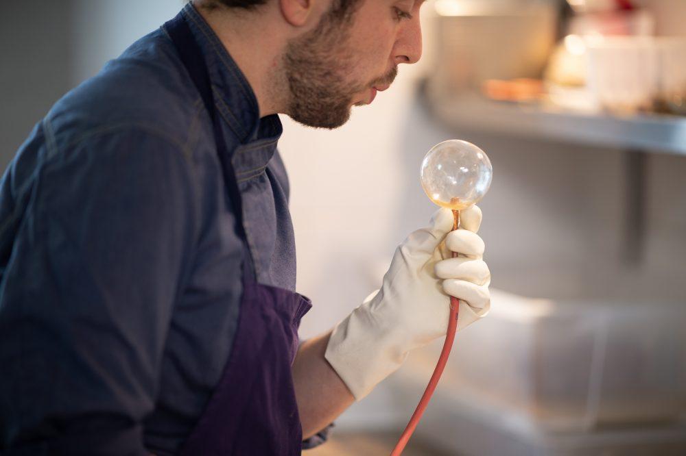 Quentin Maysou, chez du restaurant l'Interprète à Pau crée sa bulle sucrée pour dresser son assiette