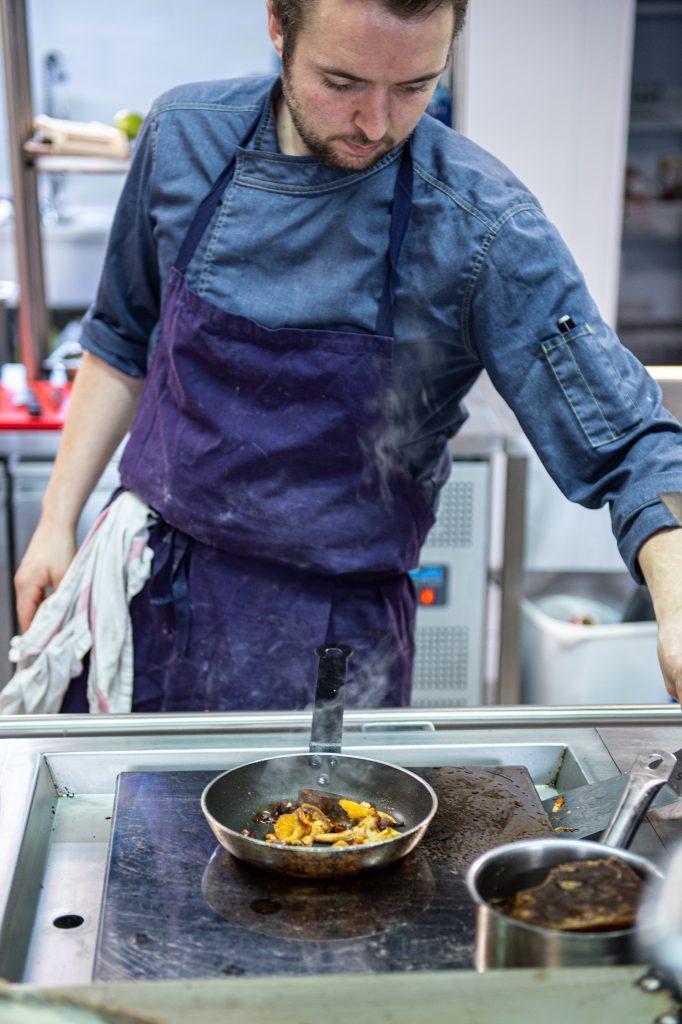 Quentin Maysou, chez du restaurant l'Interprète à Pau prépare une poêlée de Giroles