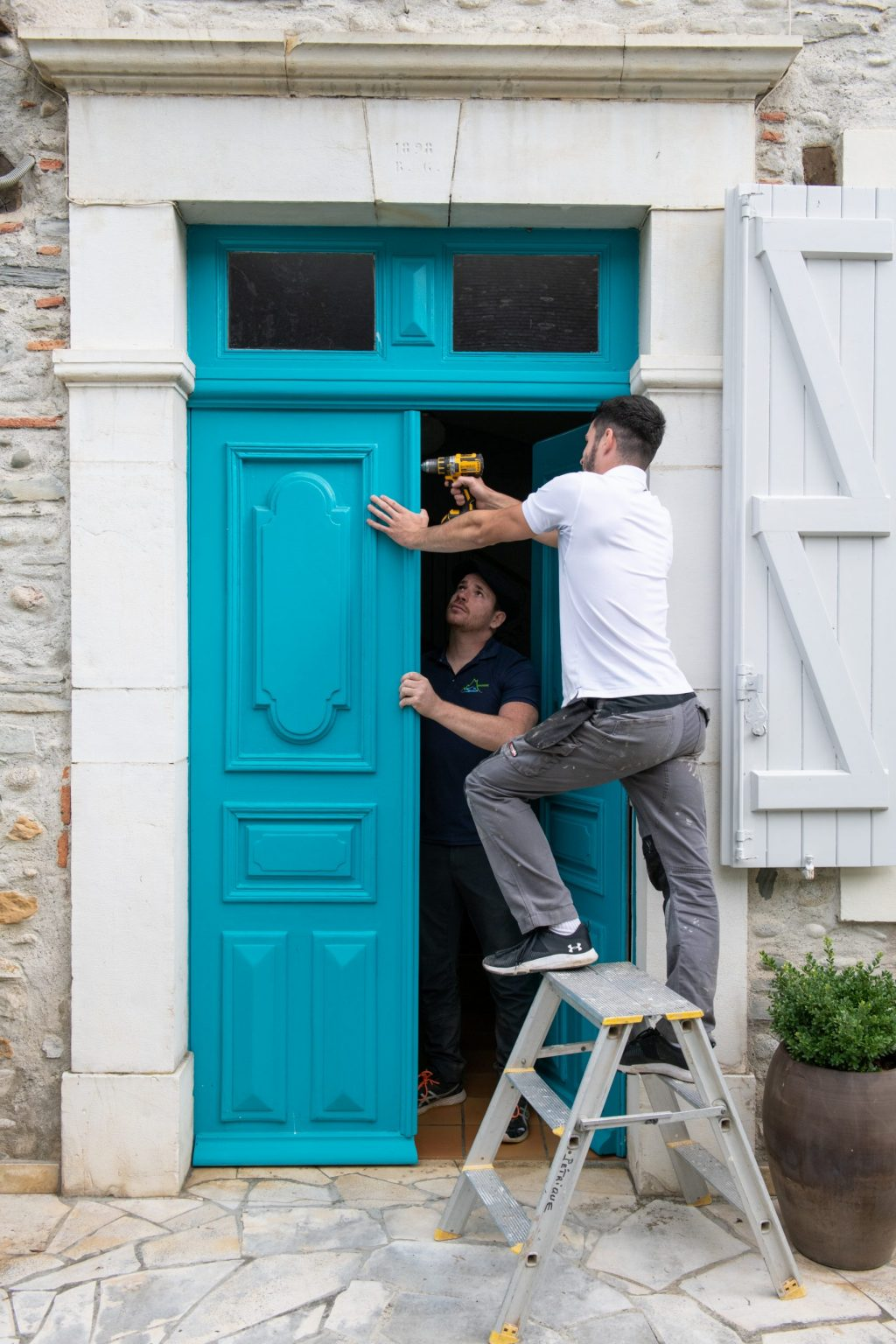 Menuiserie du Soulor, pose d'une porte d'entrée bois