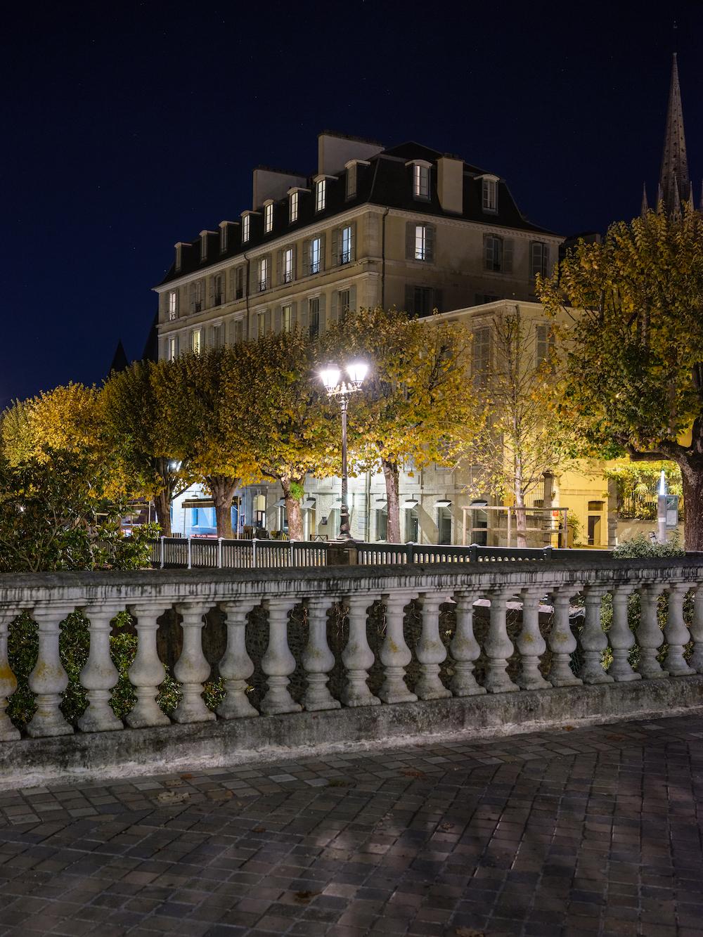 Photo d'un des bâtiments du Boulevard des Pyrénées prise près de la Fontaine de Vigny