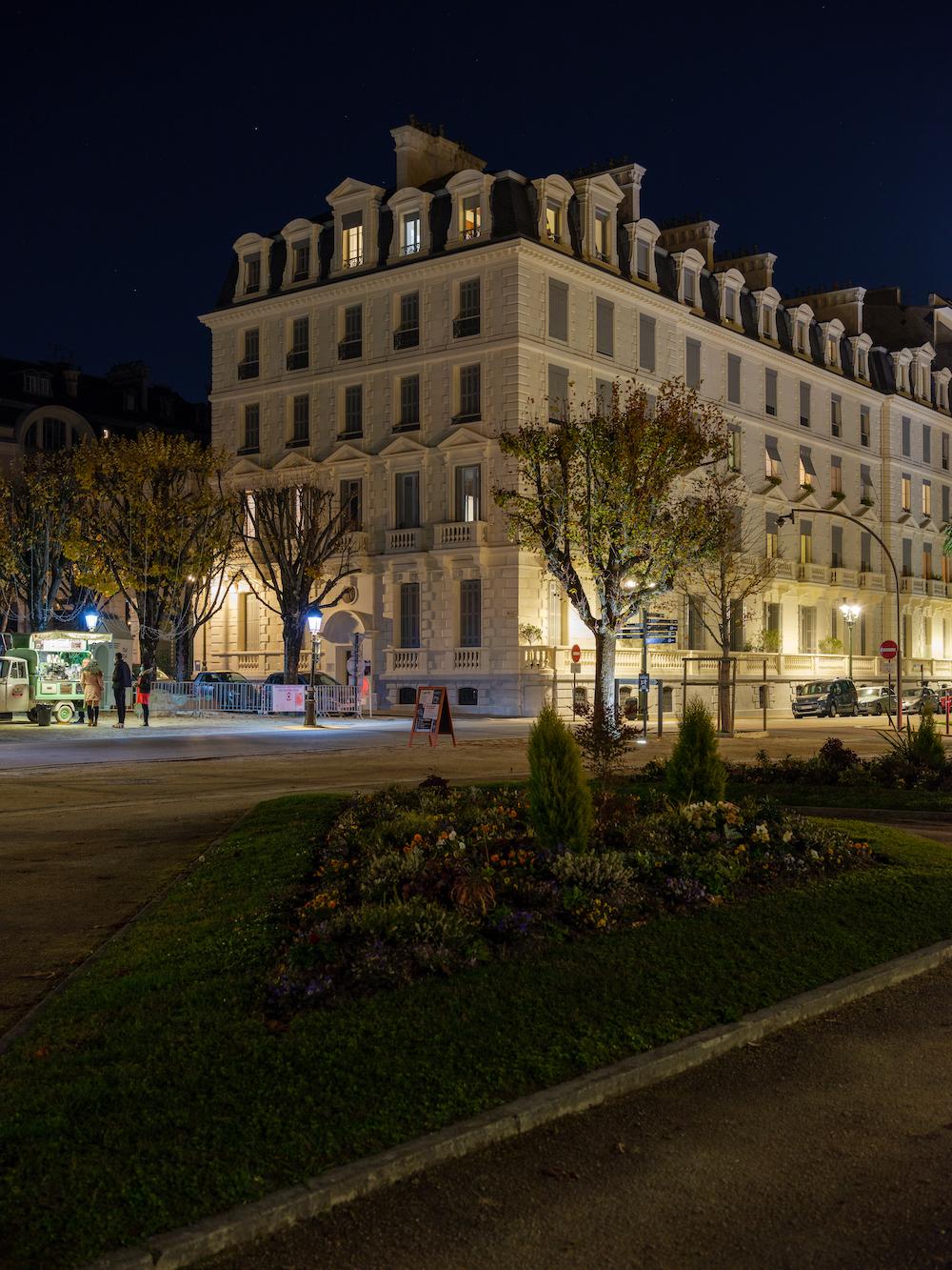 Photo d'un des bâtiments de la place royale et du Boulevard des Pyrénées prise près de la Fontaine de Vigny