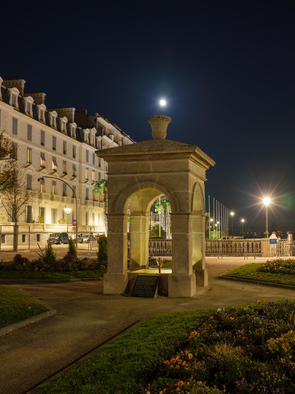 Photo  de la Fontaine de Vigny et du Boulevard des Pyrénées avec la lune dans l'axe de la fontaine