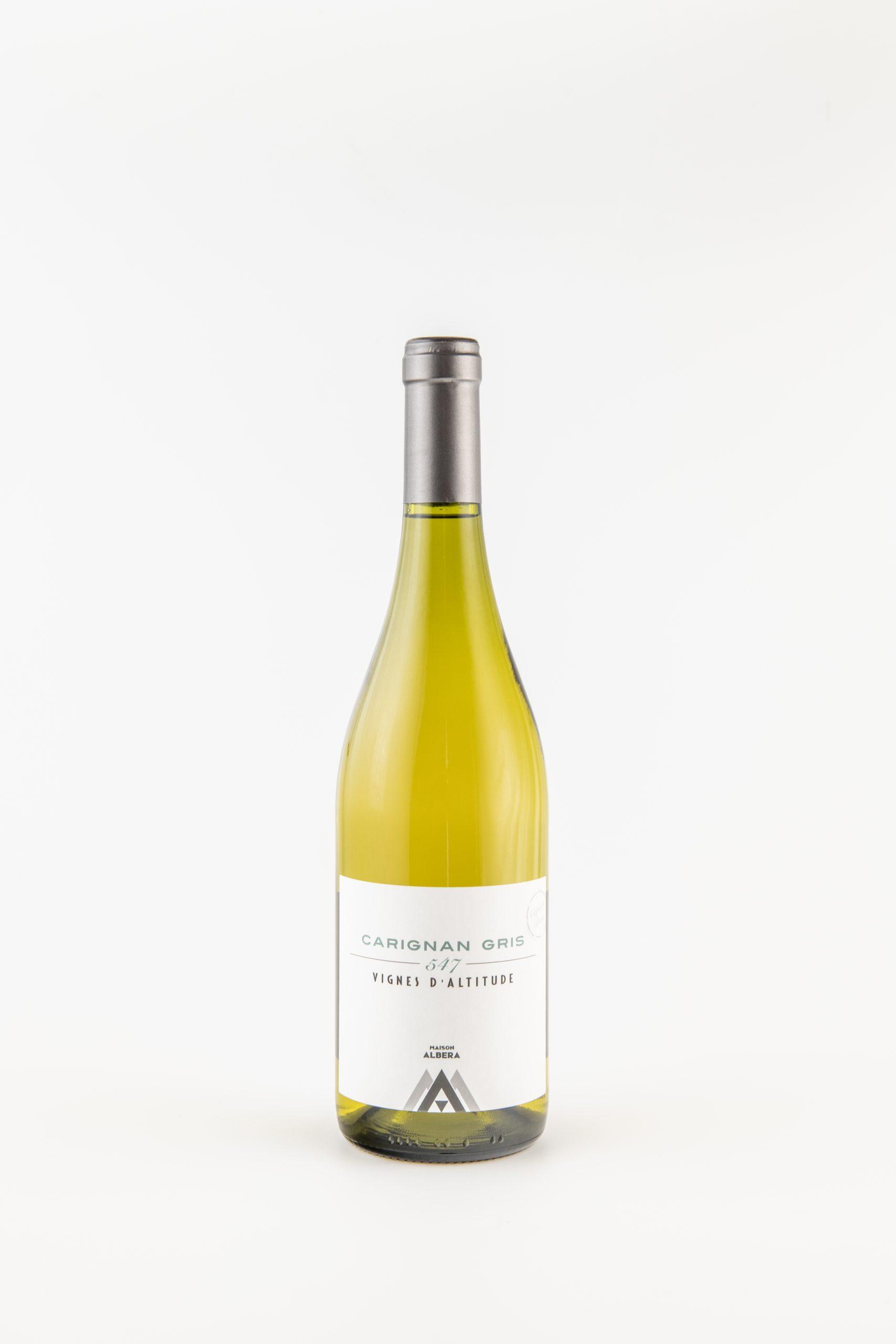 Photographie d'une bouteille de vin blanc sur fond blanc
