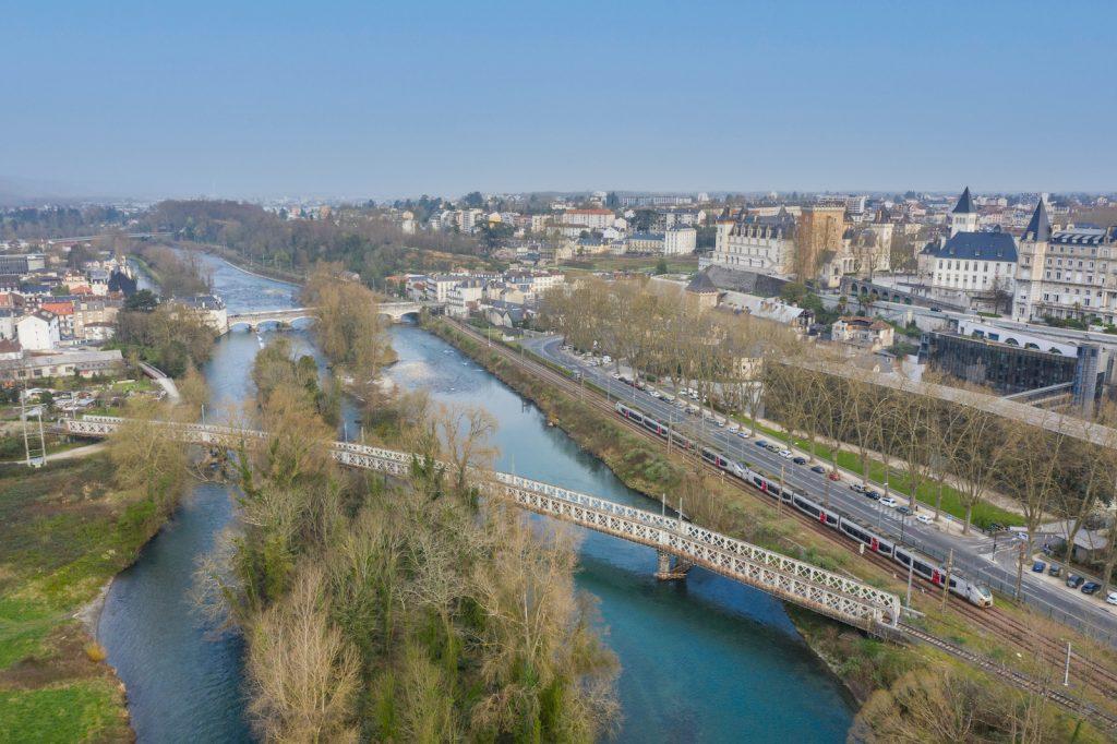 La ville de Pau vue du ciel #01 Vue sur le gave de Pau, le pont du XIV juillet, la voie ferrée et le Château de Pau
