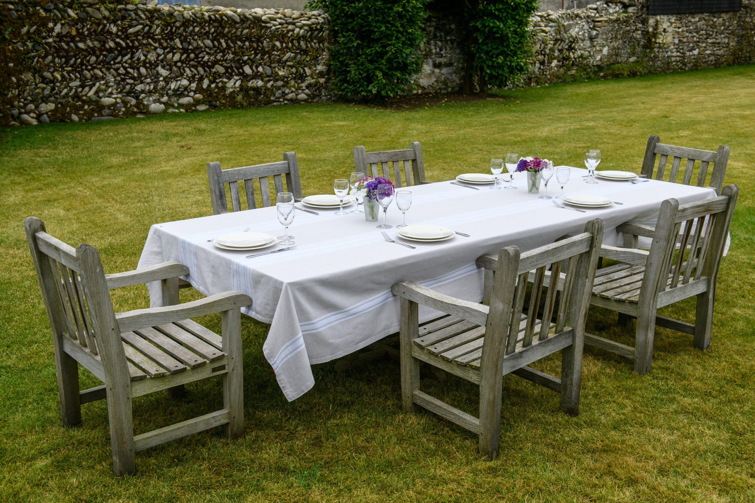 Table dans un cadre champêtre pour les convives invités à déguster des produits frais cuisinés sur le brasero Lierre Edition