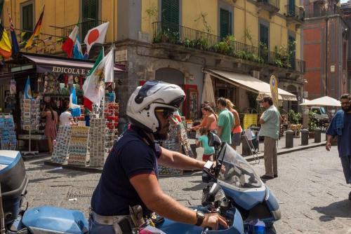 Naples / Napoli, motard de la Polizzia passe devant l'objectif