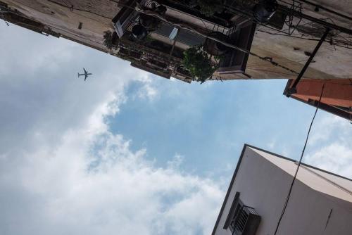 Naples / Napoli, avion sur immeubles